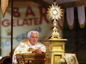 Benedetto XVI Adorazione Eucarestia