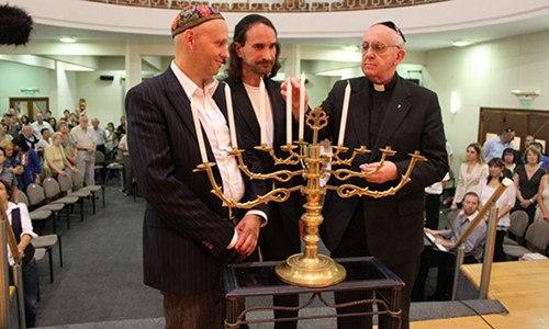 http://www.improntalaquila.org/wp-content/uploads/2013/03/Card-Jorge-Mario-Bergoglio-alla-sinagoga-Emanuel-di-Buenos-Aires.jpg