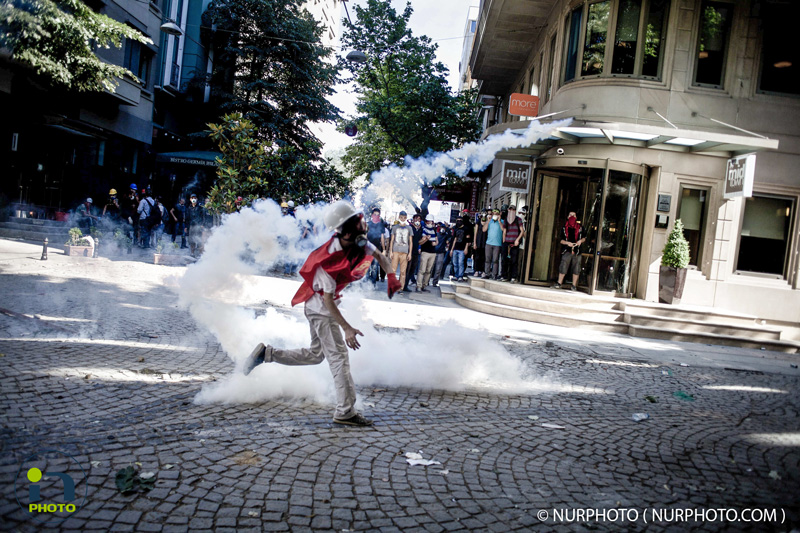Intervention of the police force this afternoon in Taksim square. Photo: Michael Bunel/NurPhoto
