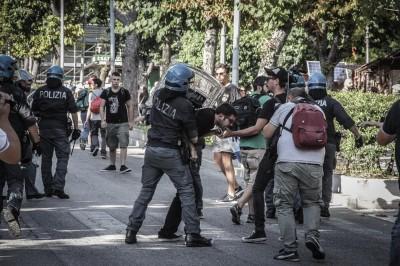 Renzi contestato a L'Aquila, tafferugli con la polizia
