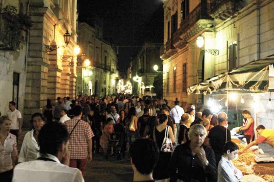 Negozi chiusi e tanti ambulanti: così i centri storici, secondo Confcommercio