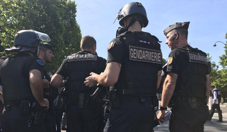 """Parigi, auto contro furgone della polizia sugli Champs-Elysées"""""""